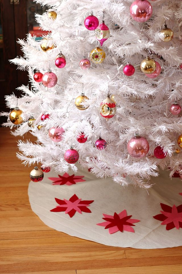 Vintage-inspired, felt tree skirt diy from SmileandWave.typepad.com.