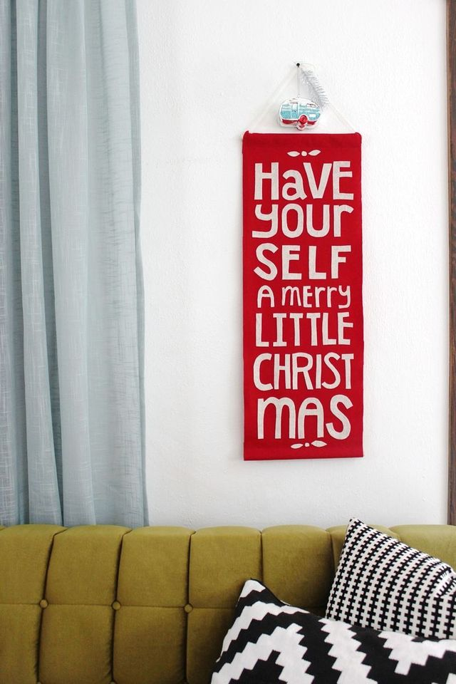 Felt holiday banner diy by Rachel Denbow of Smile and Wave for A Beautiful Mess