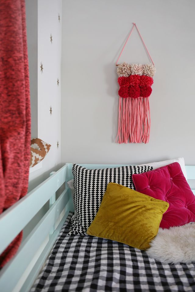 Make a colorful statement with this Pom Pom woven wall hanging! Get the full tutorial on SmileandWave.typepad.com