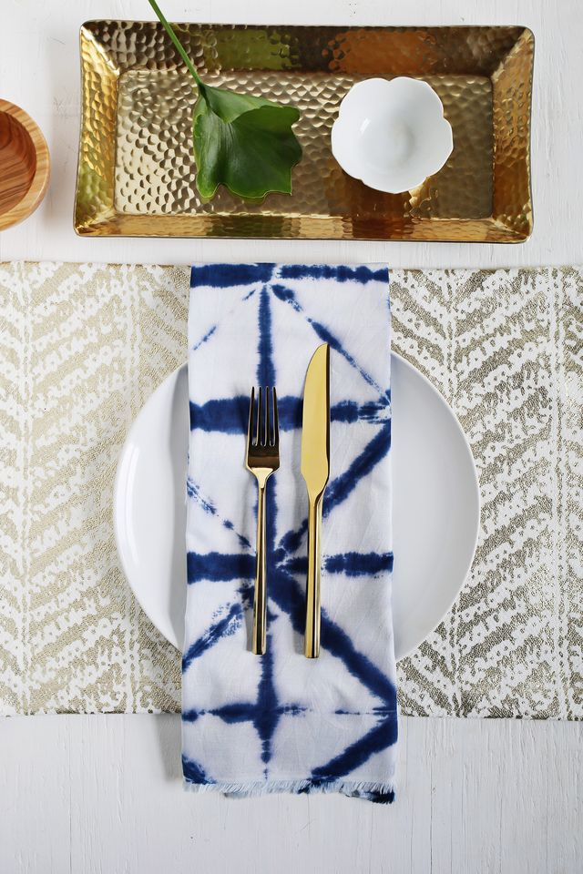 Shibori tie-dye dinner napkins give you that indigo effect without the big hastle. Get the full tutorial over at www.fitness-4all.com