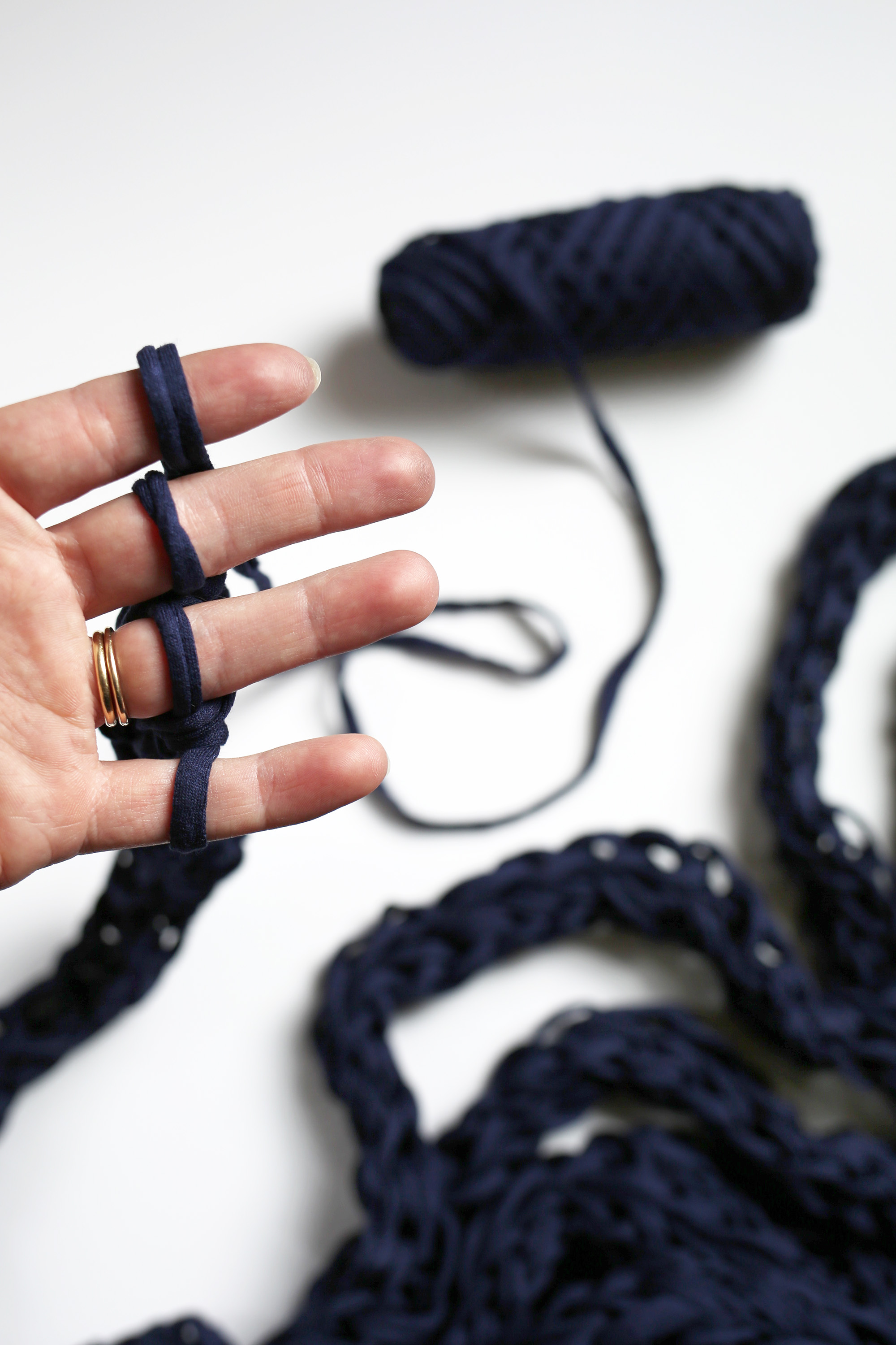 1-Finger Knit Your Yarn